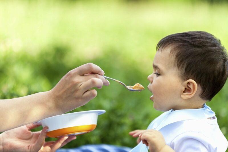 bebe mange pas
