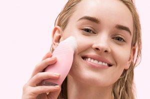 Comment choisir une brosse nettoyante visage
